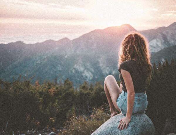 Eat, pray love. Kvinna tittar ut över ett berg