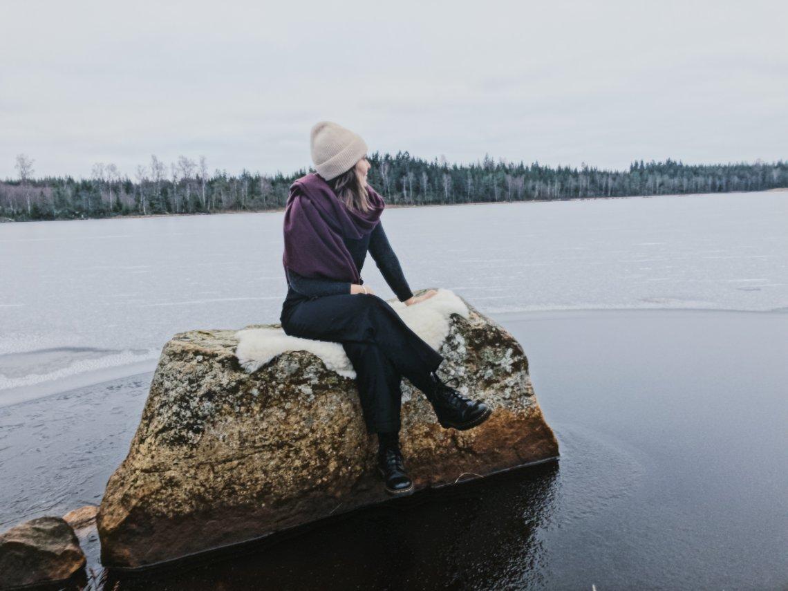 Vardagsmod, kvinna blickar ut över sjö