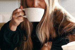 Kvinna dricker kaffe_vadgasmod_börja kompisdejta