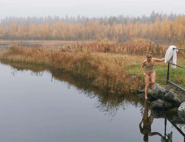 Kallbad_kvinna badar med rögdul höstskog i bakgrunden